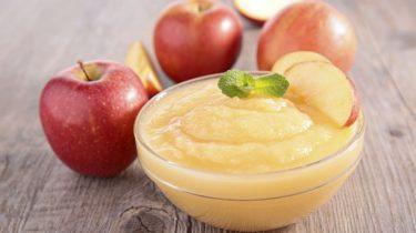 Яблоки и яблочное пюре в вазочке фото