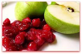 Зеленые яблоки и брусника для джема фото