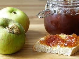 Зеленые яблоки и баночка яблочного повидла фото