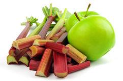 Яблоки и ревень для компота фото