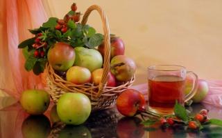 Корзина с яблоками и шиповником, кружка с компотом из яблок и шиповника фото