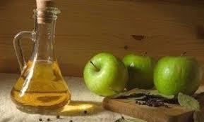Яблочный уксус в бутылке и яблоки фото