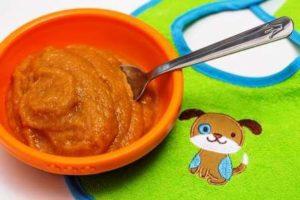 Пюре из сушеных яблок и абрикосов в мисочке фото